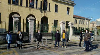 «Giù le mani dal nostro muro», anche la dirigente della Don Bosco al sit in contro l'abbattimento