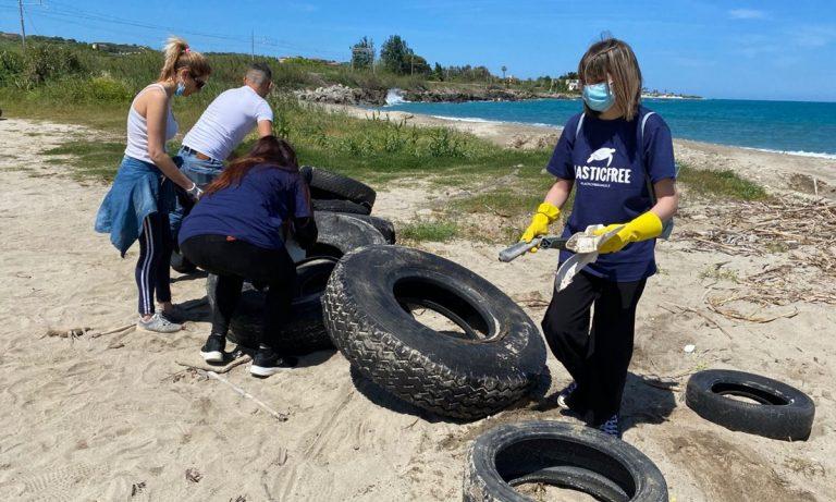 I volontari di Plastic Free liberano la spiaggia di Trainiti