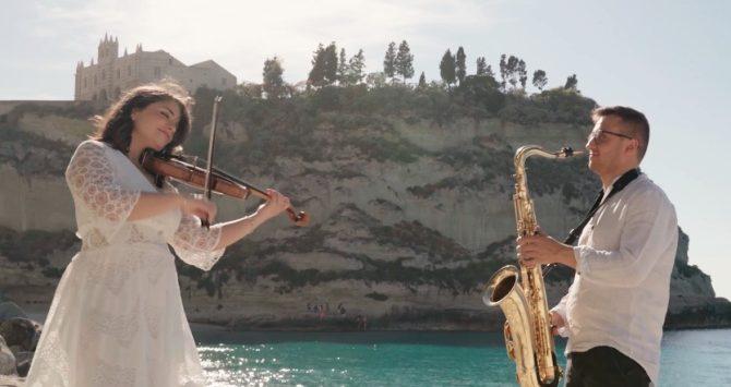 Violino e sax per celebrare le bellezze di Tropea, l'esibizione di due giovani vibonesi diventa virale -Video