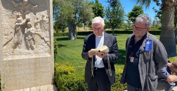 Monsignor D'Ercole e Spirlì in pellegrinaggio sulla tomba di Natuzza Evolo