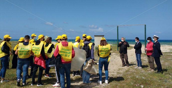 Spiagge pulite, a Nicotera gli alunni della scuola media in campo con Legambiente