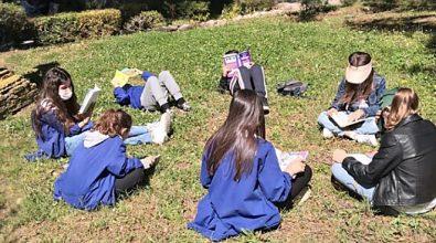 Letture all'aperto, successo per l'iniziativa della scuola De Amicis di Vibo