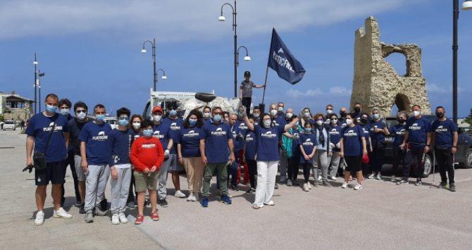 Giornata ecologica a Briatico, volontari Plastic free e residenti in campo per la pulizia della spiaggia
