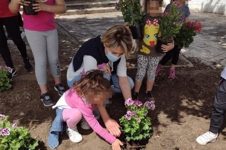 """Portosalvo """"Borgo dei fiori"""": collocate oltre 200 piantine colorate – FOTO"""