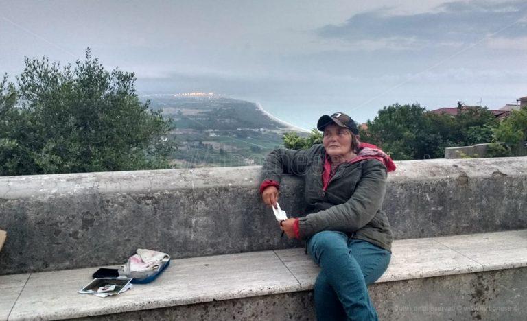 La storia di Elena, la senzatetto che risale a piedi la Calabria fa tappa a Nicotera