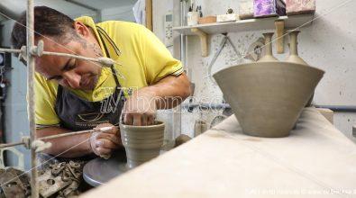 Arte e amore per la sua terra, da San Costantino le ceramiche di Raffaele conquistano l'Europa – Video