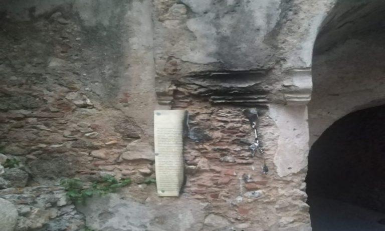 Nicotera, vandali distruggono la targa del quartiere ebraico