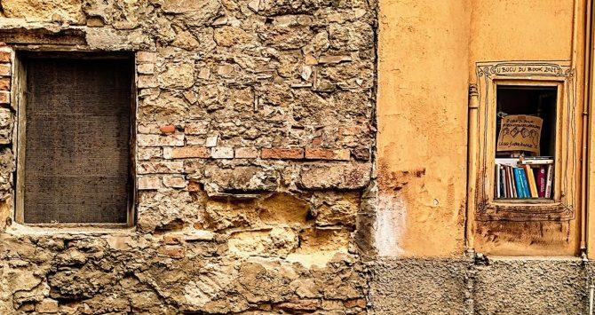 Pizzo, libri sui davanzali e nelle fessure dei muri per celebrare la lettura