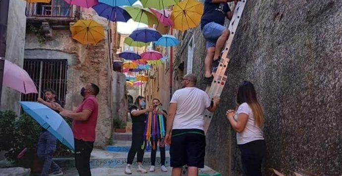 """A Nicotera riprende vita il suggestivo """"vicolo degli ombrelli"""""""