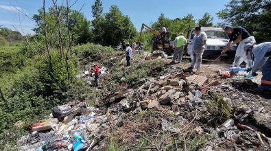 Discarica abusiva a Pizzoni, volontari e Comune ripuliscono l'area – Foto