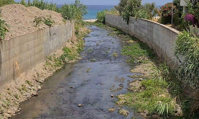 Torrente Sant'Anna a Bivona: «È uno scempio, sversa in mare schifezze»