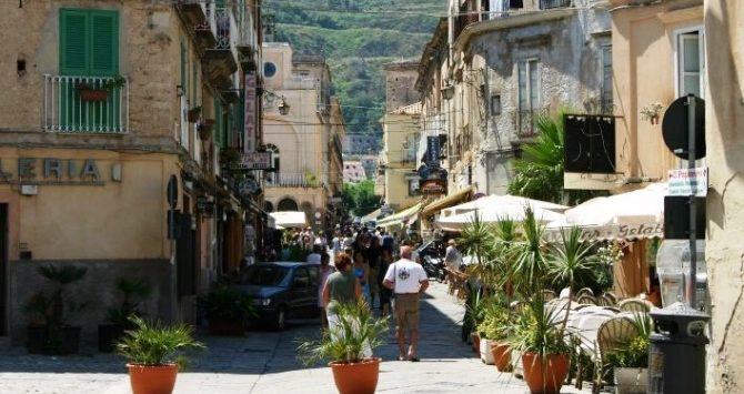 Tropea, il sindaco vieta bici e monopattini in centro: «Sono pericolosi»