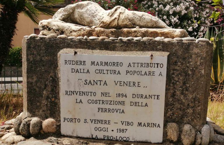 Vibo Marina, artista rinnova l'iscrizione sotto la statua di Santa Venere