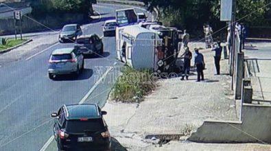 Cede il manto stradale e sprofonda autocisterna, paura a Ionadi -Video