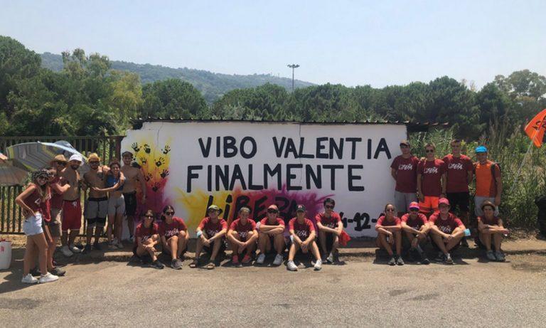 Vibo Marina, Libera cancella la scritta offensiva contro i carabinieri -Video