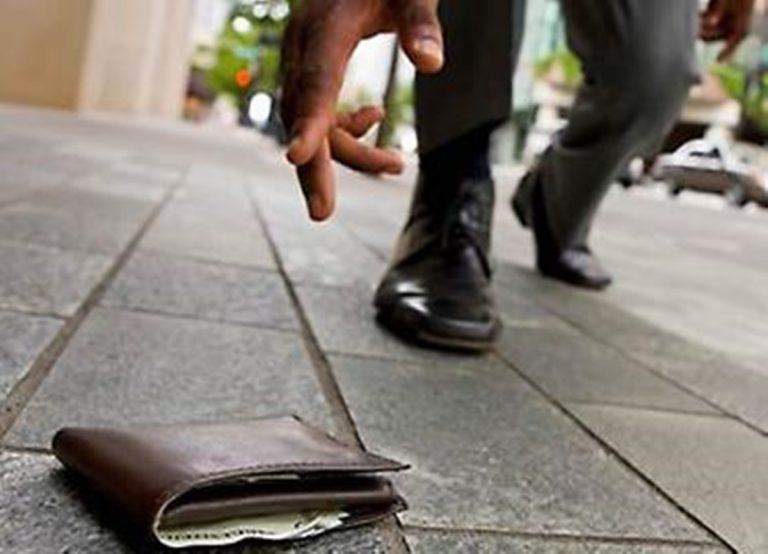 Vibo, trova un portafogli con cinquemila euro e lo restituisce al proprietario