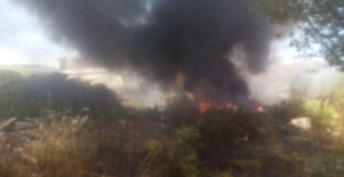 A fuoco deposito abusivo di pneumatici a San Gregorio d'Ippona