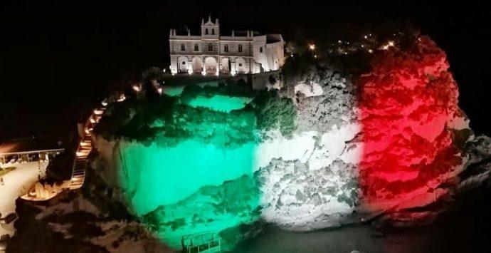 L'omaggio di Tropea alla Nazionale: il tricolore illumina lo scoglio dell'Isola