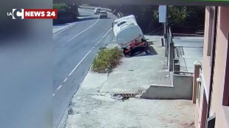 Autocisterna ribaltata a Ionadi, si è proceduto con lo svuotamento – Video