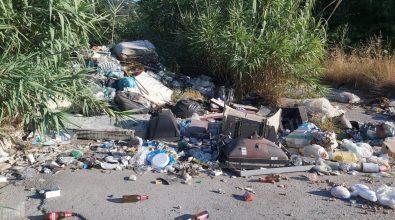 Strade invase dai rifiuti, scempio tra le frazioni Bivona e Vibo Marina -FOTO e VIDEO