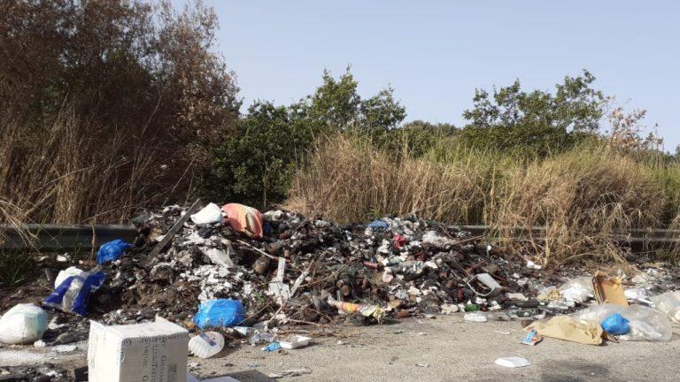 Rifiuti a fuoco lungo la strada Vena Inferiore-Vibo, i cittadini: «Una vergogna»