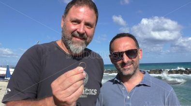 Pizzo, fede nuziale trovata in mare: «Aiutateci a rintracciare lo sposo» -Video