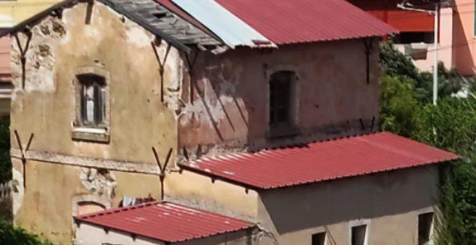 Il vecchio casello ferroviario di Vibo Marina che cade a pezzi, si muove il Comune