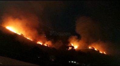In fiamme la collina fra Pizzo e Maierato, 5 famiglie hanno lasciato le abitazioni