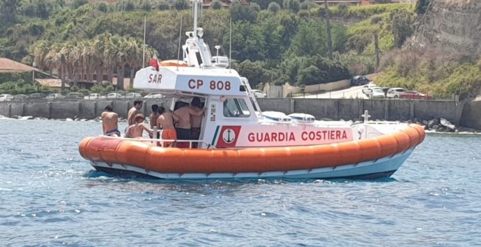 Barca affonda a Briatico, la Guardia costiera salva sette ragazzi