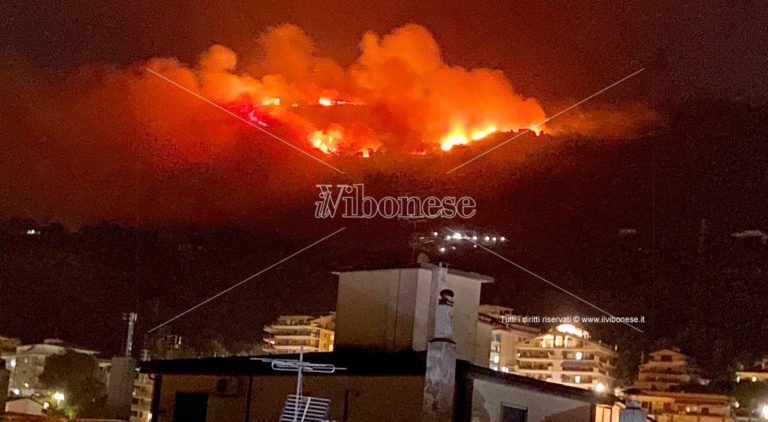 Incendio sopra Vibo Marina, vigili del fuoco impegnati a spegnere le fiamme