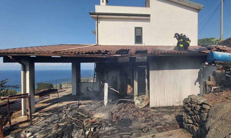 Vasto incendio a Zambrone, il fuoco raggiunge due villette – Foto
