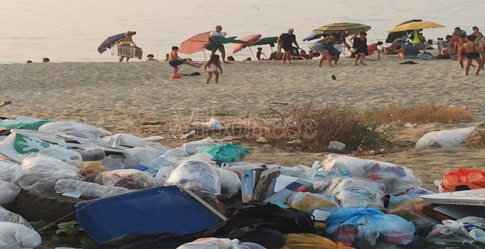 """Pizzo: benvenuti al lido """"monnezza"""", spiaggia con discarica e mare verde"""