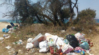 Quel che resta di Ferragosto, spazzatura e inciviltà sulla spiaggia di Nicotera