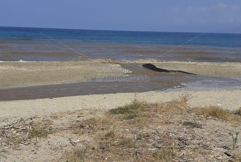 Trainiti: basta la prima pioggia per cancellare parte della spiaggia – Foto