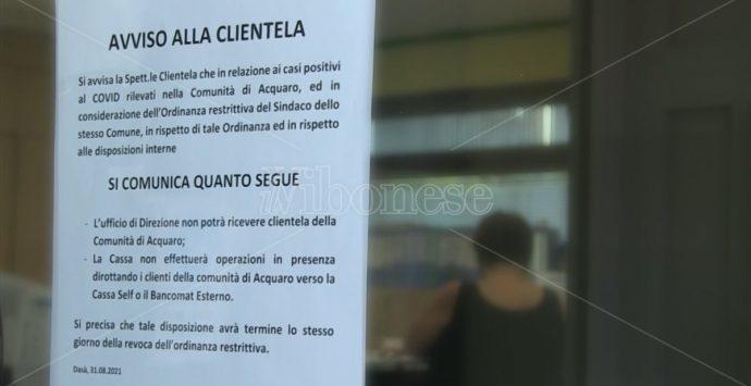 La banca vieta l'ingresso alla comunità di Acquaro, ma poi chiede scusa e fa rimuovere l'avviso -Video
