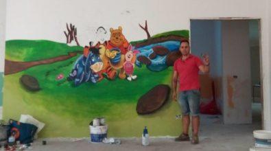 """Zungri, percepisce il reddito di cittadinanza e """"ricambia"""" dipingendo murales nell'asilo"""