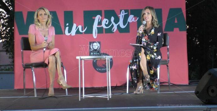 La showgirl Justine Mattera si racconta dal palco del Valentia in festa -Video
