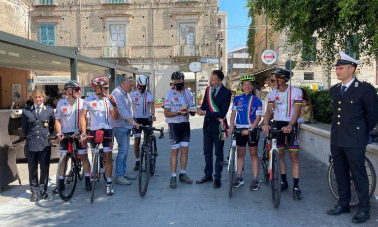 """La carovana in bici """"Mattone del mondo"""" saluta Tropea per raggiungere la Sicilia"""