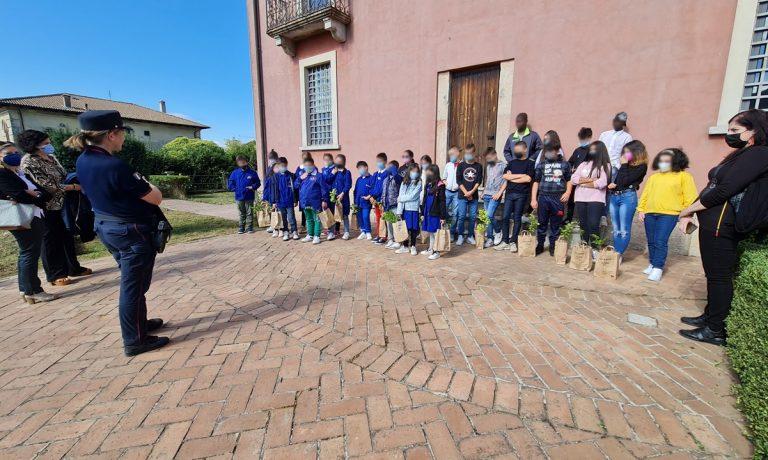 """""""Un albero per il futuro"""", a Mongiana i bambini piantano sedici faggi – Foto"""