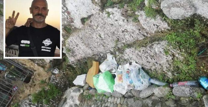 Briatico, emigrato ripulisce l'area della Grotta della Madonna del mare invasa da rifiuti