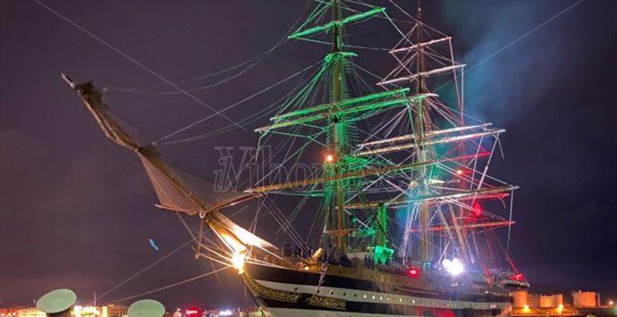 L'Amerigo Vespucci saluta Vibo Marina, stupore e applausi per la nave scuola