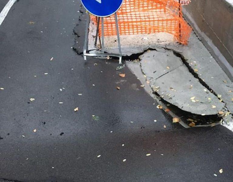 Altro crollo sulla strada per Longobardi. L'opposizione: «Amministrazione inefficiente»