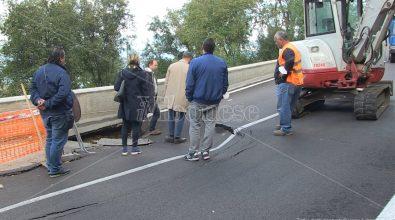 Strada (di nuovo) chiusa a Longobardi, faccia a faccia tra sindaco e ditta – Video
