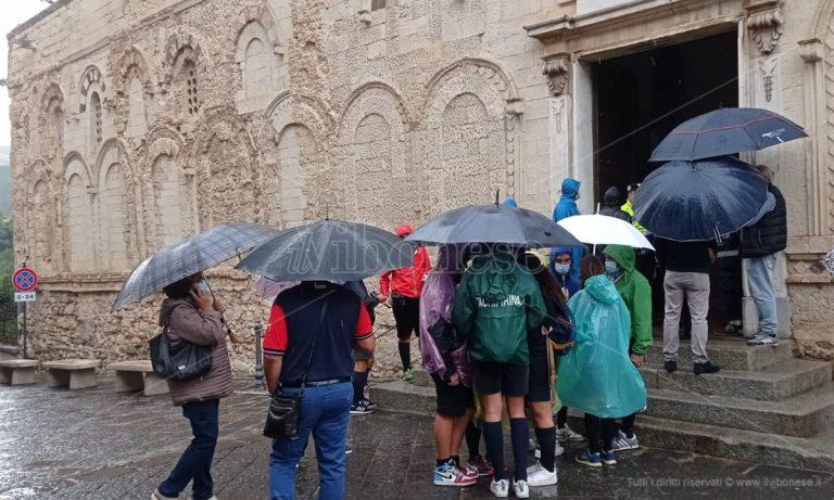 È il giorno della beatificazione di don Mottola, centinaia di fedeli sfidano la pioggia – La diretta