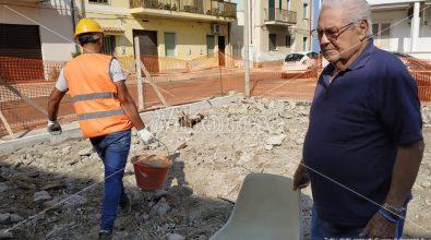 Vibo Marina, una piazzetta al posto del suo immobile demolito: 87enne tenta di fermare i lavori – Video