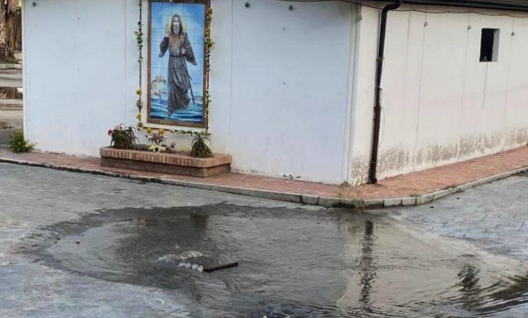 Maltempo, la segnalazione da Tropea: «Basta un po' di pioggia e saltano i tombini»